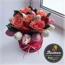 Шляпная коробочка из клубники и цветов ШП8