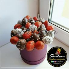 Шляпная коробочка из клубники и цветов ШП1