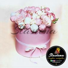 Шляпная коробочка из клубники и цветов ШП3