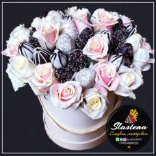 Шляпная коробочка из клубники и цветов ШП7