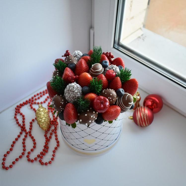 Шляпная коробочка из цветов и шоколада ШП24